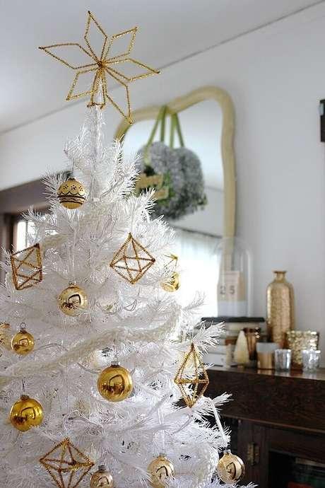 6. Estrelas são enfeites de árvore de Natal perfeitos para decorar o topo – Foto: Smile And Wave