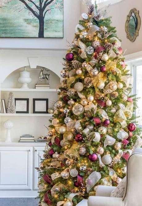 18. Linda decoração com vários enfeites de árvore de Natal com fitas e bolas – Foto: Archzine