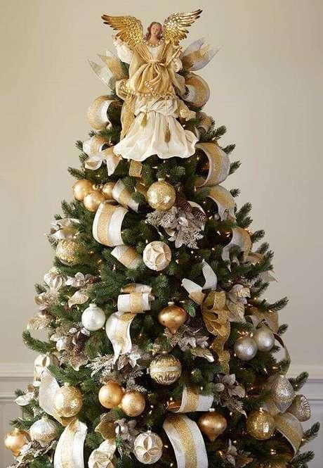 21. Anjos também são usados como enfeites de árvore de Natal em destaque no topo – Foto: House Decoration