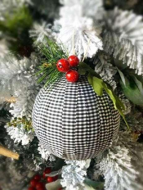 22. Que tal personalizar a sua bola natalina e investir em enfeites para árvore de Natal artesanal – Foto: Etsy