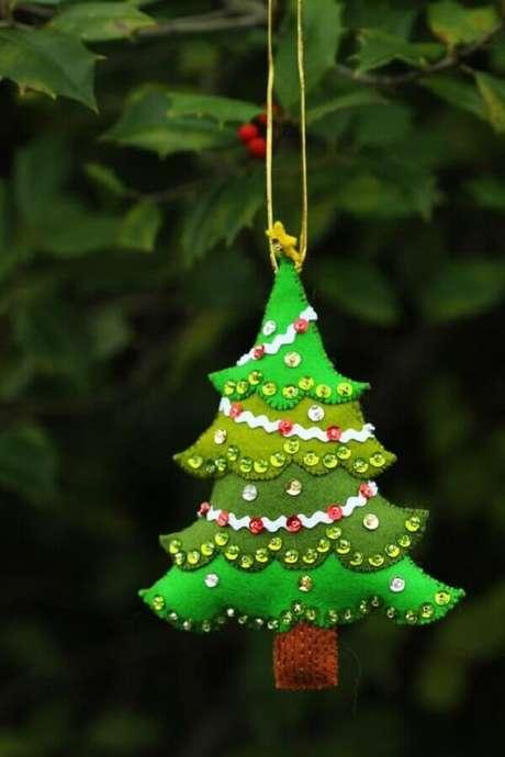 23. Para quem tem habilidades manuais é muito legal fazer seus próprios enfeites para árvore de Natal artesanal – Foto: Pinterest