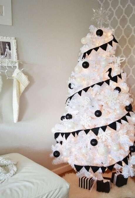 25. Decoração moderna para árvore branca com kit enfeites para árvore de Natal com bolas pretas – Foto: OBSiGeN