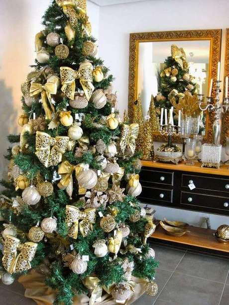 26. Dourado é garantia de uma linda decoração com enfeites de árvore de Natal – Foto: Dcore Você
