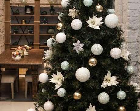 27. Flores também podem fazer parte do seu kit enfeites para árvore de Natal – Foto: DekorMyHome