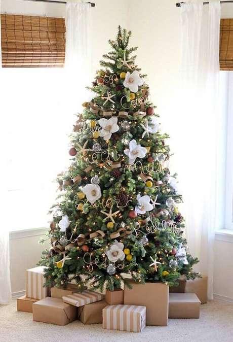 28. Decoração diferentes com pinhas e flores como enfeites de árvore de Natal – Foto: OBSiGeN