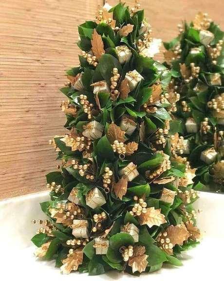 29. Enfeites para árvore de Natal com presentinhos e folhas secas pintadas de dourado – Foto: Franziska Hubener
