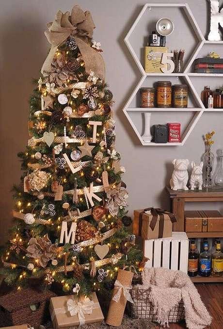 31. Linda decoração com enfeites de árvore de Natal – Foto: Pinterest