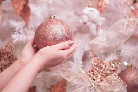 4. A bola natalina é uns dos enfeites para árvore de Natal mais utilizado – Foto: Patty Lye