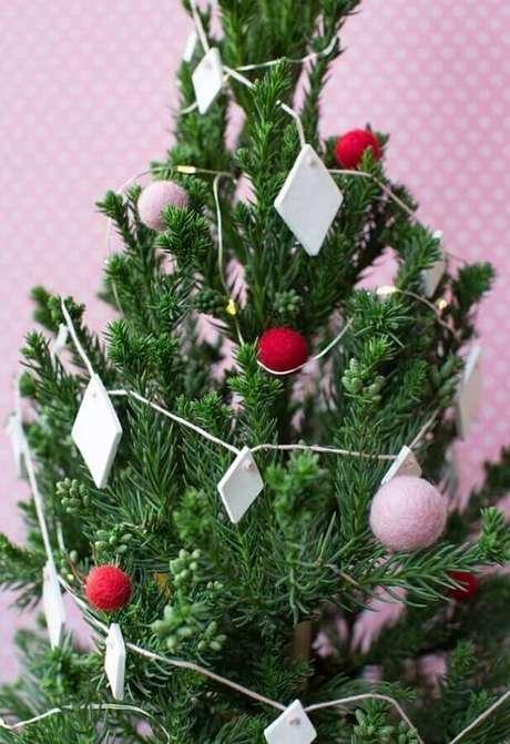 35. Decoração simples com enfeites de árvore de Natal – Foto: OBSiGeN