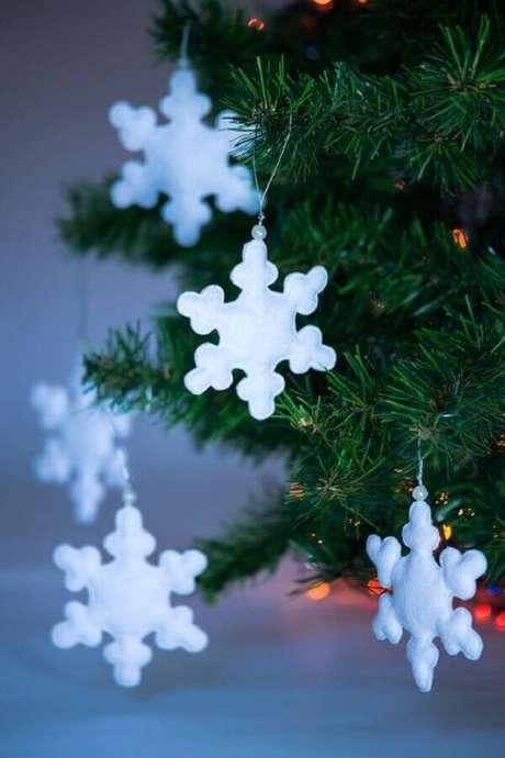 39. Flocos de neve dão um toque delicado para a decoração com enfeites para árvore de Natal – Foto: MiniMom's Toys