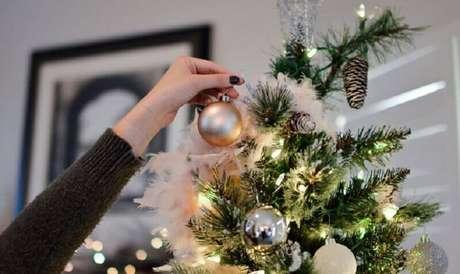 51. Escolha os enfeites para árvore de Natal que vão combinar com sua decoração – Foto: MyJane