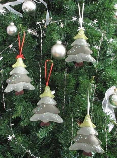 9. Pequenos pinheiros natalinos em kit enfeites para árvore de Natal em feltro – Foto: Pretty by Hand