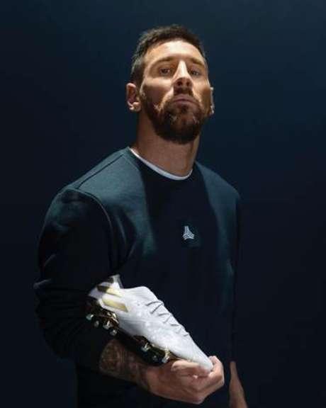 Argentino ganha chuteira em homenagem aos seus 15 anos de carreira (Foto: Divulgação)