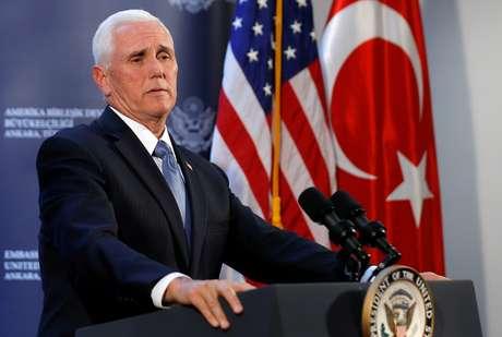 Vice-presidente dos EUA, Mike Pence, participa de entrevista na embaixada dos EUA Ancara, Turquia 17/10/2019 REUTERS/Huseyin Aldemir