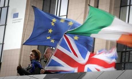 Manifestantes anti-Brexit em frente à Comissão Europeia, em Bruxelas