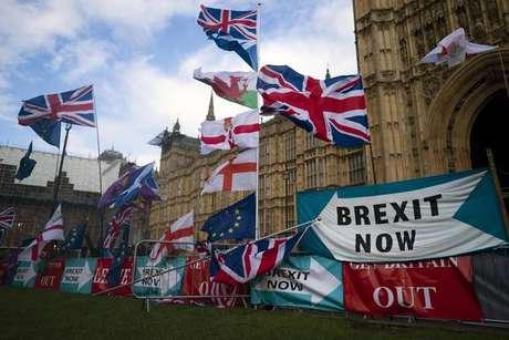 Manifestantes eurocéticos em frente ao Parlamento do Reino Unido, em Londres