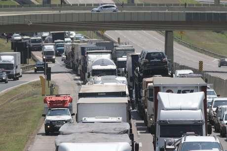 Trânsito congestionado na Rodovia Santos Dumont após uma tentativa de assalto à empresa de transporte de valores Brink's, localizada no Aeroporto Internacional de Viracopos, em Campinas (SP)