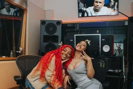 Ludmilla posa com Cardi B após parceria musical entre as cantoras