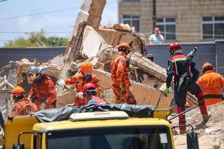Bombeiros fazem buscas por sobreviventes do Edifício Andrea