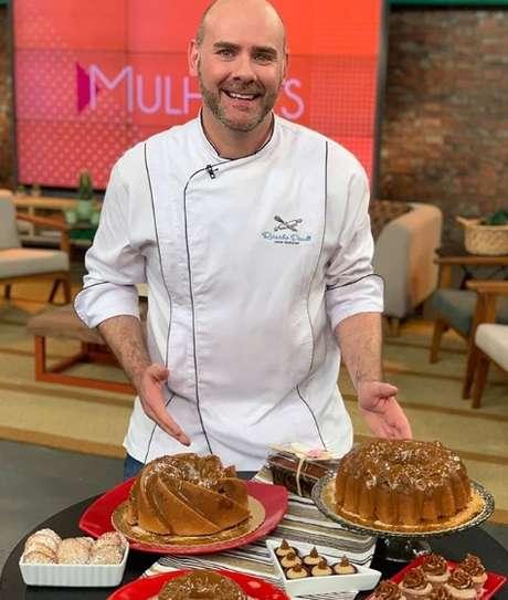 O confeiteiro e cake designer durante participação no programa Mulheres, da TV Gazeta