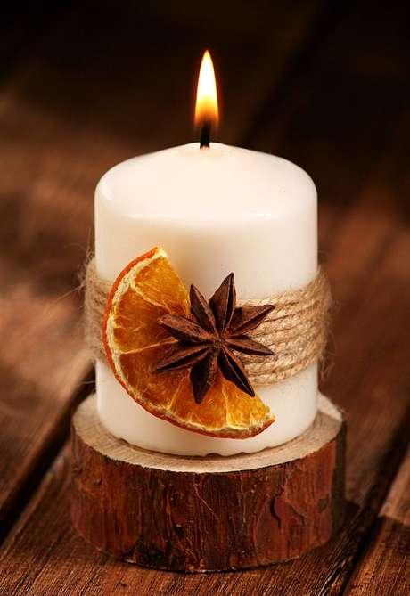 42. Uma simples fruta seca já deixa as velas de Natal lindas. Foto: Grand Deco