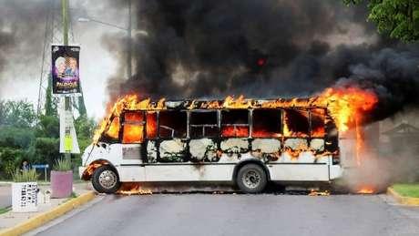 Traficantes de drogas do cartel de Sinaloa queimaram ônibus para bloquear estrada em Culiacán