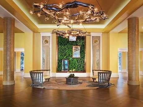 14. Sala ampla com jardim vertical artificial na parede. Fonte: Pinterest