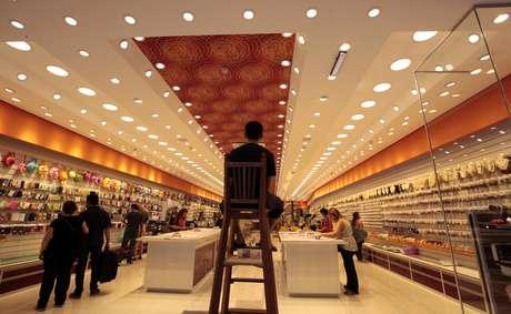 Consumidores fazem compras em um shopping em São Paulo 19/11/2018 REUTERS/Paulo Whitaker