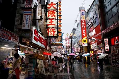 Consumidores fazem compras em distrito comercial de Osaka, Japão 22/10/2017 REUTERS/Thomas White