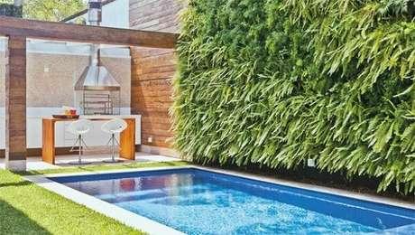 46. Área de lazer pequena pode ser decorada com jardim vertical artificial. Fonte: Pinterest