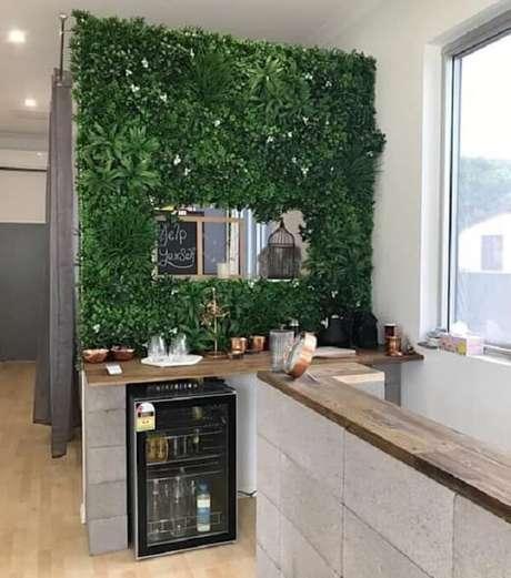 62. O jardim vertical artificial fixado na parede traz aconchego a todos que utilizam o ambiente da copa. Fonte: Pinterest