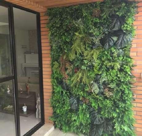 47. A entrada desse prédio recebeu uma parede revestida com jardim vertical artificial. Fonte: Pinterest