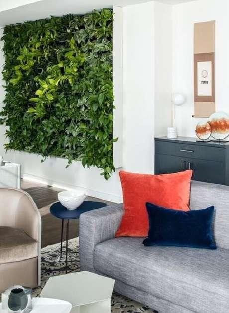 15. A parede da sala de estar pode receber um lindo jardim vertical artificial. Fonte: Pinterest
