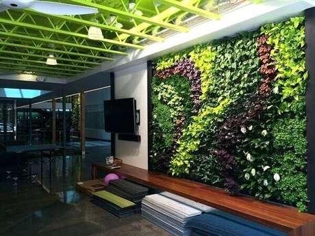 16. Os tons de verde do jardim vertical artificial se harmonizam com a cor do teto. Fonte: Pinterest