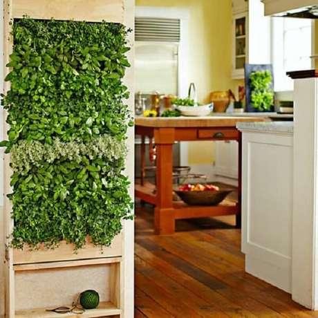 17. Jardim vertical artificial estruturado em palete encanta a entrada da cozinha. Fonte: Pinterest