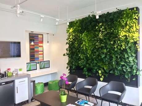 18. As luzes pontuais destacaram ainda mais o jardim vertical artificial fixado na parede. Fonte: Pinterest