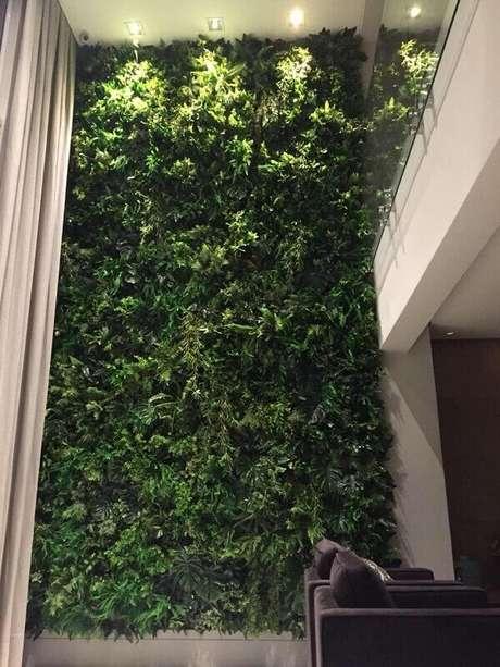 20. O jardim vertical com flores artificiais cobriu toda a parede desse imóvel. Fonte: All Green Decor