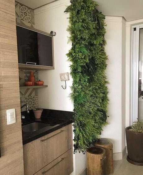 21. Traga um pouco de verde para a varanda incluindo um jardim vertical com flores artificiais na parede. Fonte: Pinterest