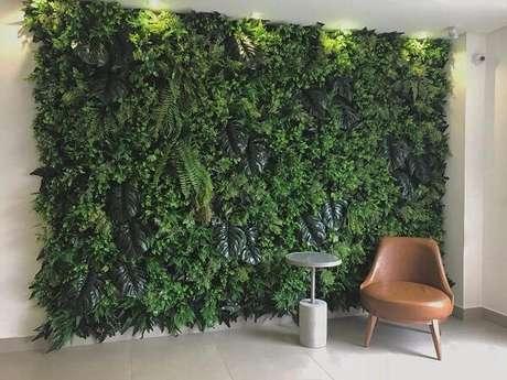 22. Reserve um espaço especial para estruturar um lindo jardim vertical com plantas artificiais em casa. Fonte: All Green Decor
