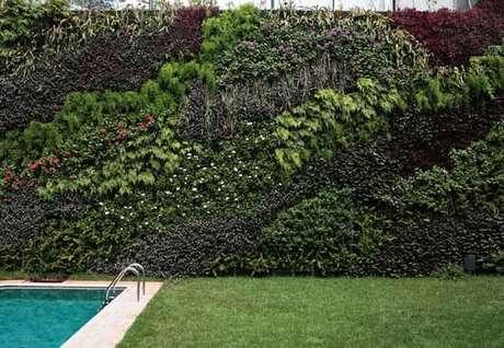 6. Área de lazer com piscina pode ser decorada com jardim vertical artificial. Fonte: Casa Abril