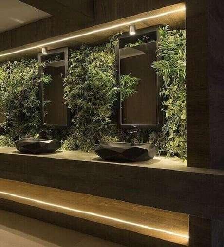 43. Complemente a decoração do seu banheiro incluindo jardim vertical artificial na bancada. Fonte: Interior Design