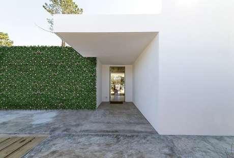 24. Fachada de casa decorada com jardim vertical com plantas artificiais. Fonte Zensa Design