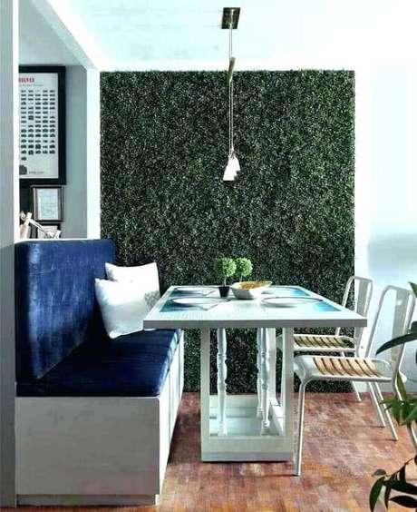 27. Varanda compacta com parede revestida com jardim vertical artificial. Fonte: Pinterest