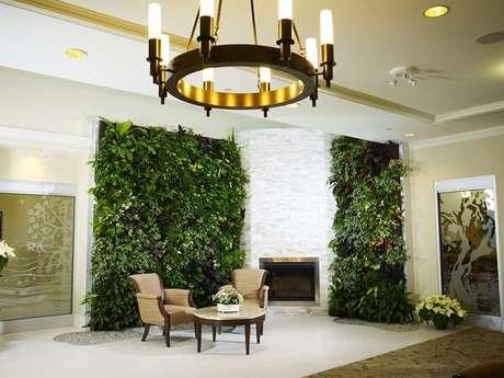 2. O jardim vertical artificial trouxe ainda mais elegância e sofisticação ao ambiente. Fonte: Pinterest