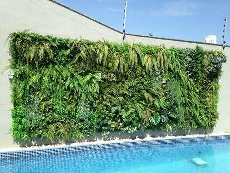52. Parede da piscina com jardim vertical com flores artificiais. Fonte: Art Lilac