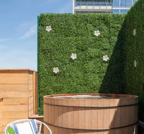 28. Jardim vertical artificial área externa traz privacidade ao espaço do ofurô. Fonte: Houzz