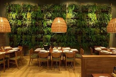 56. Estabelecimento comercial com jardim vertical com flores artificiais. Fonte Art Lilac