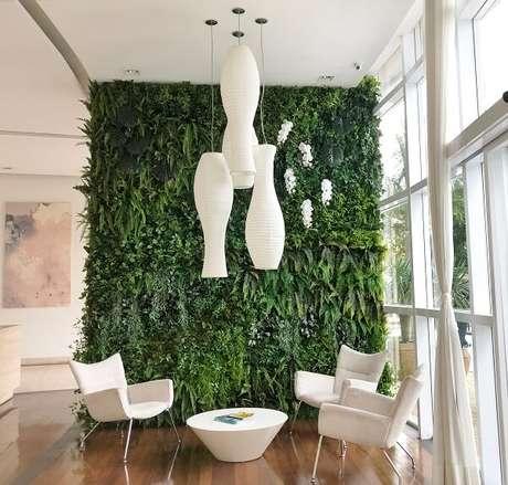 55. A parede revestida com jardim vertical artificial trouxe cor ao ambiente. Fonte: Art Lilac