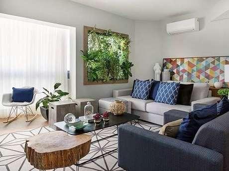 29. Inclua na decoração da sua sala de estar um painel com jardim vertical artificial. Fonte: Artcom Móveis Planejados