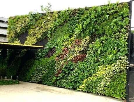 30. Jardim vertical artificial área externa gigante chama a atenção. Fonte: Pinterest